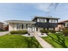 一戸建て for  sales at Well maintained home with manicured landscaping 8124 W Lyons Street   Niles, イリノイ 60714 アメリカ合衆国