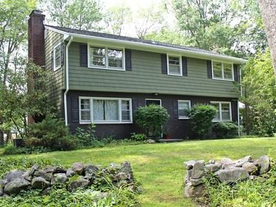 단독 가정 주택 for sales at Colonial in Aunt Hack Neighborhood 6 Elmcrest Drive Danbury, 코네티컷 06811 미국