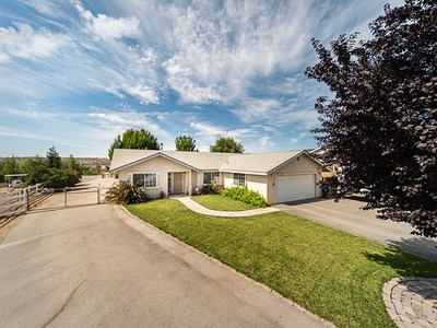 Einfamilienhaus for sales at City Amenities in a Country Setting! 5672 Silverado Place Paso Robles, Kalifornien 93446 Vereinigte Staaten