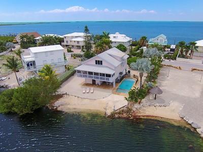 Casa para uma família for sales at Lakefront Pool Home 64 Mutiny Place Key Largo, Florida 33037 Estados Unidos
