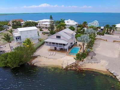 Maison unifamiliale for sales at Lakefront Pool Home 64 Mutiny Place Key Largo, Florida 33037 United States