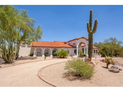 Частный односемейный дом for sales at Gorgeous Custom Built Home With Privacy And Mountain Views 8334 E Whispering Wind Drive  Scottsdale, Аризона 85255 Соединенные Штаты