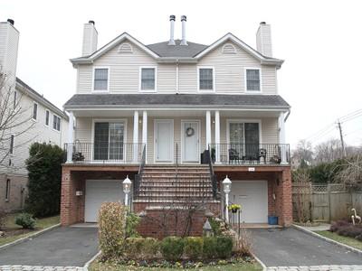 Einfamilienhaus for sales at Elegant Townhouse Corner Unit 114 Woodruff Avenue Scarsdale, New York 10583 Vereinigte Staaten