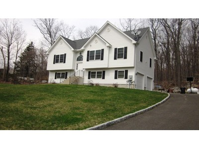 Nhà ở một gia đình for sales at Terrific Raised Ranch 63 Padanaram Road Danbury, Connecticut 06822 Hoa Kỳ
