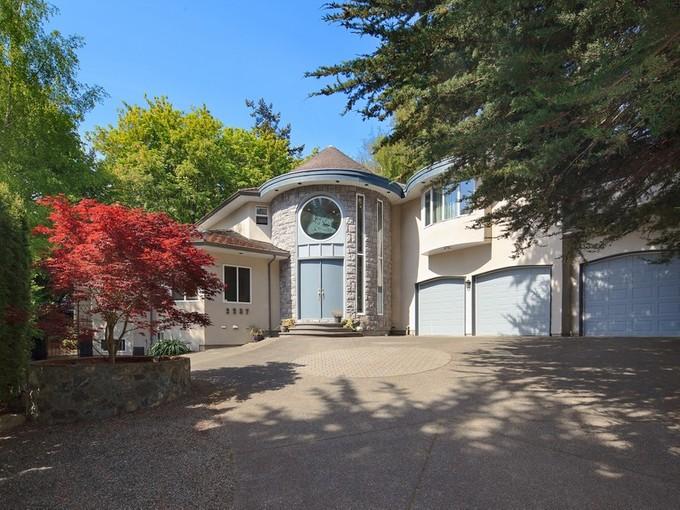 Einfamilienhaus for sales at Elegant Family Home 2257 Sage Lane Victoria, Britisch-Kolumbien V8N6L6 Kanada