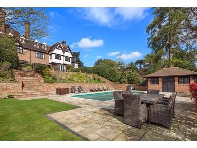 Maison unifamiliale for sales at Crow Clump  Weybridge, England KT130QF United Kingdom