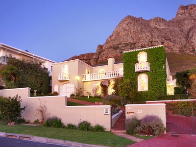 Einfamilienhaus for sales at A Constantia home in Camps Bay 25 Hely Hutchinson Avenue Cape Town, Westkap 8005 Südafrika
