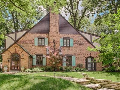 Maison unifamiliale for sales at Architectural gem with beautiful Tudor details 7442 Stratford University City, Missouri 63130 États-Unis