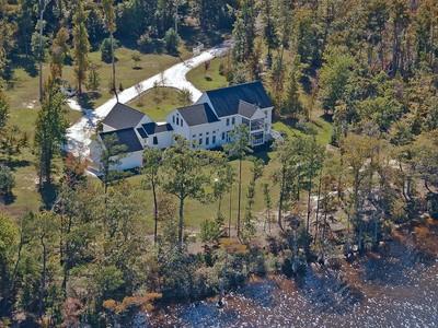 Villa for sales at Yeopim Riverfront Estate 124 Shipyard Creek Rd Edenton, Carolina Del Nord 27932 Stati Uniti