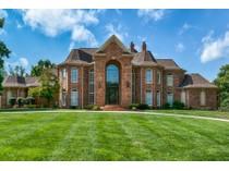 Maison unifamiliale for sales at Enter through the soaring two-story foyer 13549 Weston Park Dr   St. Louis, Missouri 63131 États-Unis