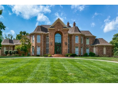 Vivienda unifamiliar for sales at Enter through the soaring two-story foyer 13549 Weston Park Dr St. Louis, Missouri 63131 Estados Unidos