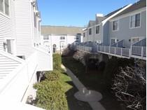 Condominio for sales at Pristine, Move-in Ready Townhouse in Beautiful Gated Condo Community 2612 North Avenue #E14   Bridgeport, Connecticut 06604 Estados Unidos