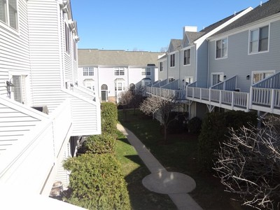 Eigentumswohnung for sales at Pristine, Move-in Ready Townhouse in Beautiful Gated Condo Community 2612 North Avenue #E14 Bridgeport, Connecticut 06604 Vereinigte Staaten