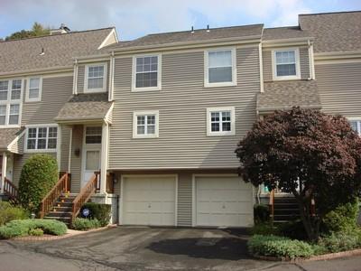 Condomínio for sales at Impeccable Townhouse 704 Foxboro Drive #704 Norwalk, Connecticut 06851 Estados Unidos