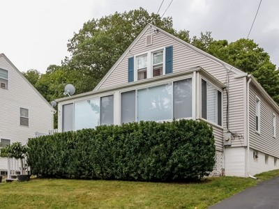 Moradia for sales at Meticulous Cape 9 North Harbor Street Branford, Connecticut 06405 Estados Unidos