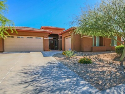 Moradia for sales at Outstanding ''Great Room'' Style Home Located On The Side Of South Mountain 1611 W Lodge Drive Phoenix, Arizona 85041 Estados Unidos