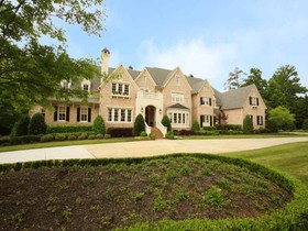 Einfamilienhaus for sales at Enjoy A Lifestyle of Privilege and Privacy 5000 Heatherwood Court Roswell, Georgia 30075 Vereinigte Staaten
