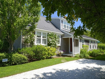 Villa for sales at Beautifully Updated between Cliff and Town! 56 West Chester Street Nantucket, Massachusetts 02554 Stati Uniti