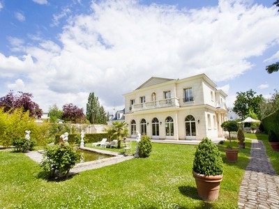 Разнобразная частная недвижимость for sales at Family House with swimming pool- Le Vesinet  Le Vesinet, Иль-Де-Франс 78110 Франция
