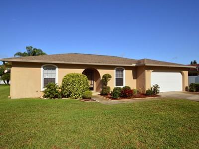 Maison unifamiliale for sales at Rock Solid CBS Home w/Pool, No HOA Dues! 585 24th Ave Vero Beach, Florida 32962 États-Unis