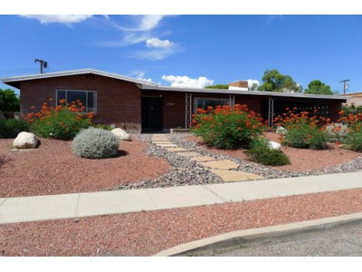 Maison unifamiliale for sales at Lovingly Maintained One Owner Home In Wilshire Terrace 5825 E 15th Street Tucson, Arizona 85711 États-Unis