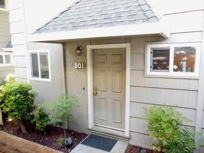 Condominio for sales at Danville Townhome 394 Ilo Lane #901 Danville, California 94526 Stati Uniti