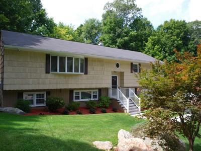 独户住宅 for sales at Spacious Well Maintained Home 16 Rodline Rd Danbury, 康涅狄格州 06811 美国