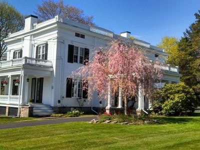 Vivienda unifamiliar for sales at Historically Significant Greek Revival 4 West Mystic Avenue Mystic, Connecticut 06355 Estados Unidos