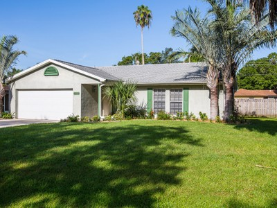 Maison unifamiliale for sales at Centrally Located Pool Home 1355 35th Ave Vero Beach, Florida 32960 États-Unis