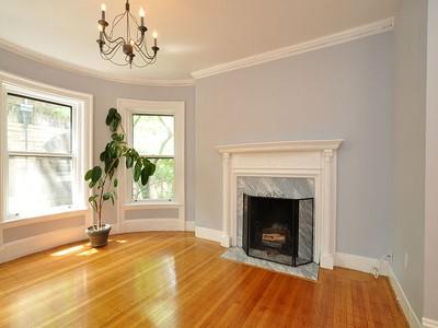 Condomínio for sales at Classic Sun-Filled Corner Unit 188 Commonwealth Avenue Boston, Massachusetts 02116 Estados Unidos