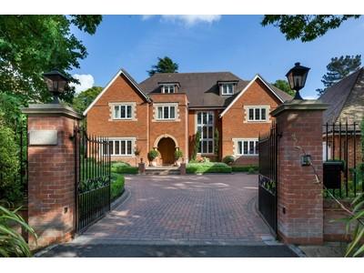 Maison unifamiliale for sales at Willow House 4 Eaton Park Road Cobham, England KT112JH United Kingdom