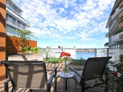 Residência urbana for sales at Modern Water View Townhome 1-395 Tyee Road Victoria, Columbia Britanica V9A0A9 Canadá