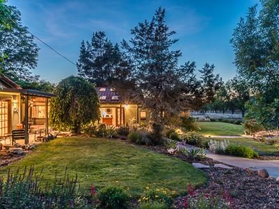 Maison unifamiliale for sales at Country Family Farm 200 Hollyhock Lane Templeton, Californie 93465 États-Unis