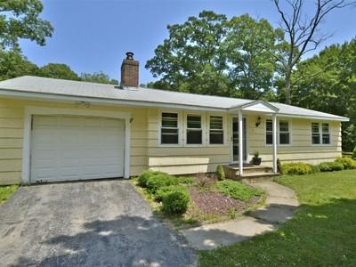 Nhà ở một gia đình for sales at Lovely Ranch Home 7 Hickory Lane Ivoryton, Connecticut 06442 Hoa Kỳ