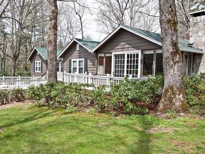 Casa para uma família for sales at Moore Cottage 1189 Dillard Road Highlands, Carolina Do Norte 28741 Estados Unidos
