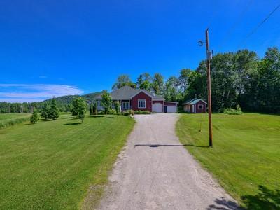 Einfamilienhaus for sales at La Pêche 242 Ch. McLinton La Peche, Quebec J0X3G0 Kanada