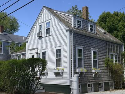獨棟家庭住宅 for sales at Cozy Antique - Excellent Location! 3 West Dover Street Nantucket, 麻塞諸塞州 02554 美國