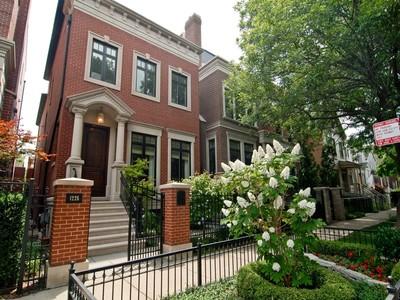 Casa para uma família for sales at Like New Home on Private Cul-de-sac 1225 W Henderson Street Chicago, Illinois 60657 Estados Unidos