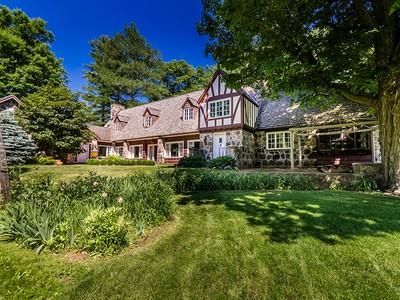 Maison unifamiliale for sales at Saint-Bruno-de-Montarville 870 Ch. du Lac-Seigneurial Saint Bruno De Montarville, Québec J3V2B5 Canada