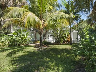 Moradia for sales at Beachside Home in Oceanaire Heights 9330 Sea Grape Drive  Vero Beach, Florida 32963 Estados Unidos