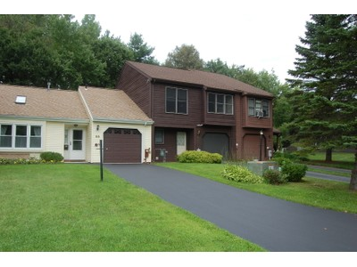 Einfamilienhaus for sales at Clifton Park Townhouse 56 Westchester Dr Clifton Park, New York 12065 Vereinigte Staaten