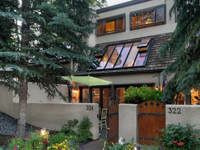 Maison de Ville for sales at Courtyard Townhome in Downtown Aspen 324 West Hopkins Avenue Unit B Aspen, Colorado 81611 États-Unis