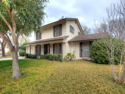Casa para uma família for sales at Spacious 2-Story Home in Camelot 5019 Round Table Dr San Antonio, Texas 78218 Estados Unidos
