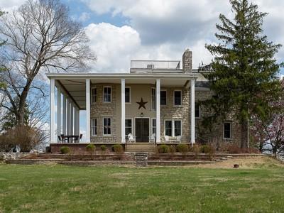 Maison unifamiliale for sales at Beautiful River Views 22 Thornhill Drive Wildwood, Missouri 63025 États-Unis