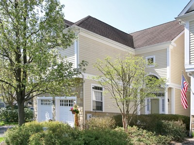 Villetta a schiera for sales at Bright and Airy Townhome 302 Lindabury Lane  Tewksbury Township, New Jersey 07979 Stati Uniti