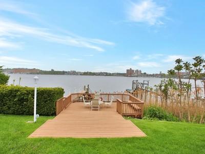 Maison unifamiliale for sales at Magnificent Waterviews 154 Conover Ln  Middletown, New Jersey 07701 États-Unis