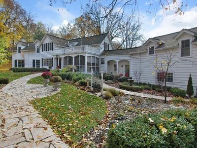 Einfamilienhaus for sales at Extraordinary Farmhouse in Lake Barrington 209 Kelsey Road Lake Barrington, Illinois 60010 Vereinigte Staaten
