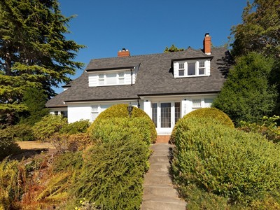 Casa Unifamiliar for sales at Uplands Character Home 2700 Beach Drive Victoria, British Columbia V8R6K5 Canadá