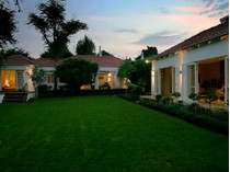 Moradia for sales at Charming home with many amenities.  Johannesburg, Gauteng 2196 África Do Sul