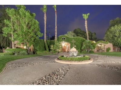 단독 가정 주택 for sales at Gorgeous Paradise Valley Home Beautifully Situated On A Large Estate Lot 9112 N 60th Street Paradise Valley, 아리조나 85253 미국